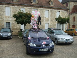 Car with wedding figures