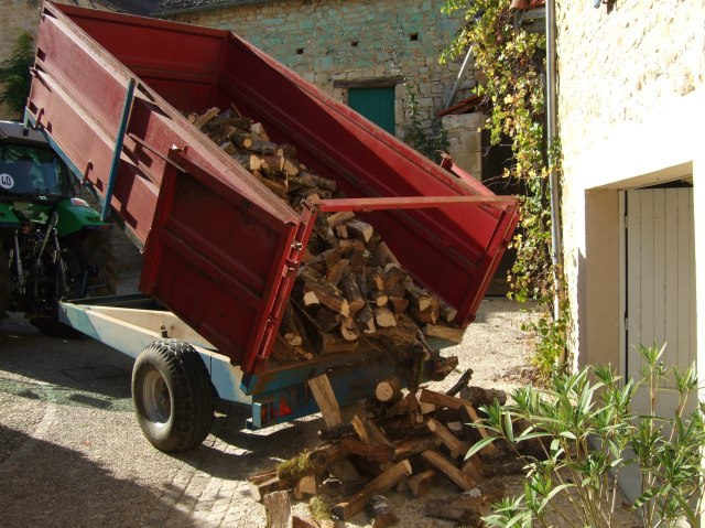 Dumping firewood in Daglan