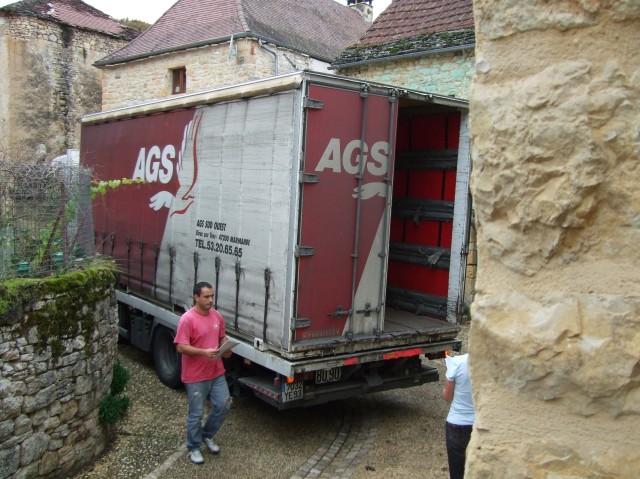Moving van arriving in Daglan, France