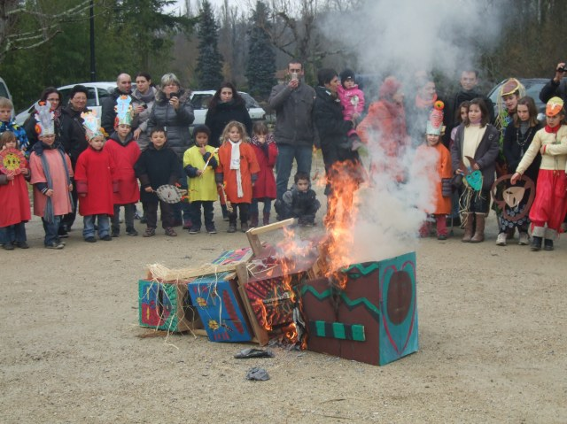The fallen Pétassou starts to burn.