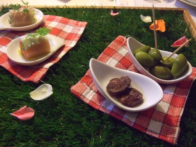 The amuse bouche -- a picnic tray.