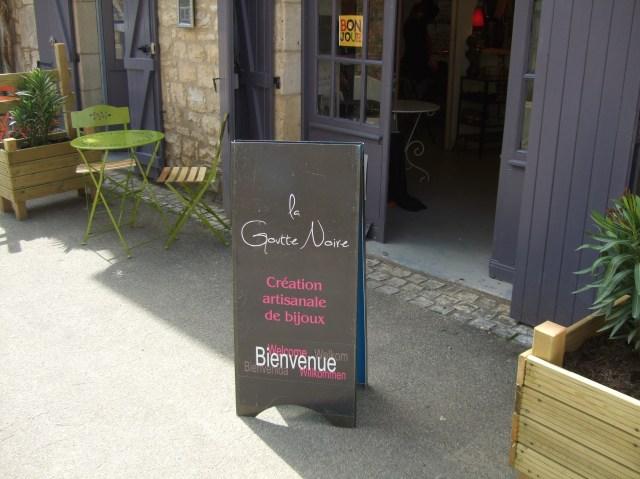 The sign marks the entrance off rue de la République.