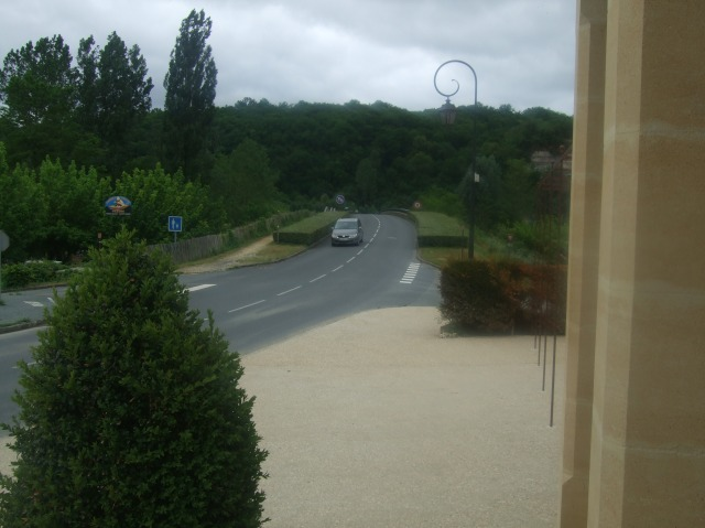 From the front of the hotel-restaurant, a view of the bridge over the Dordogne.