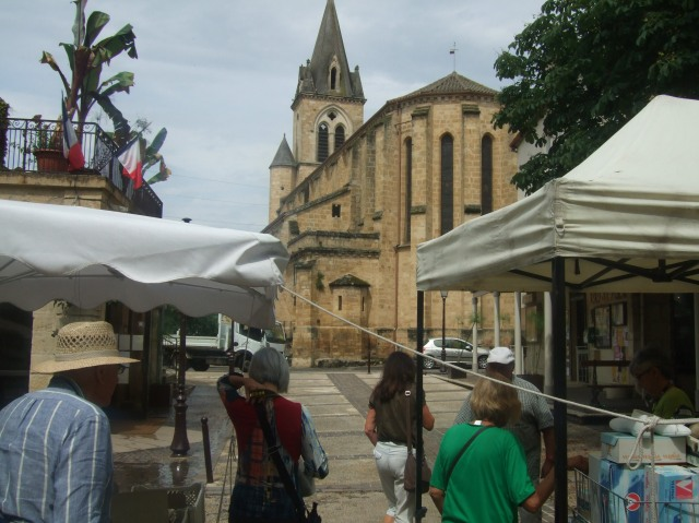 Prayssac's church as seen from the street market.