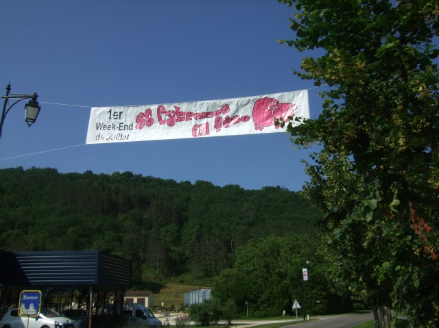 A banner in St. Cybranet announces the fête to come.