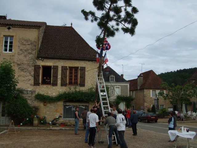 Raising a pole to honour Daglan's elected officials (May 2008).