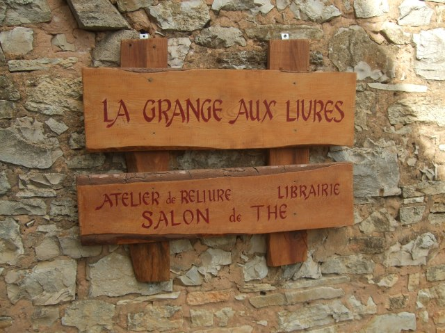 Wooden plaques on the side of La Grange aux Livres.