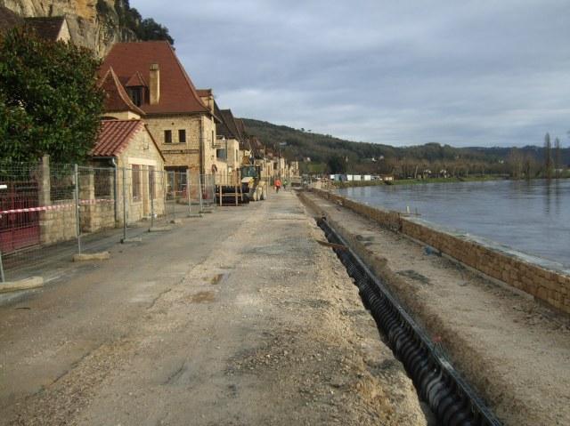 The road that runs through La Roque-Gageac.