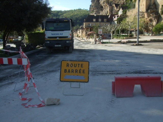 For vehicles, the drive through La Roque-Gageac is still very much barré/