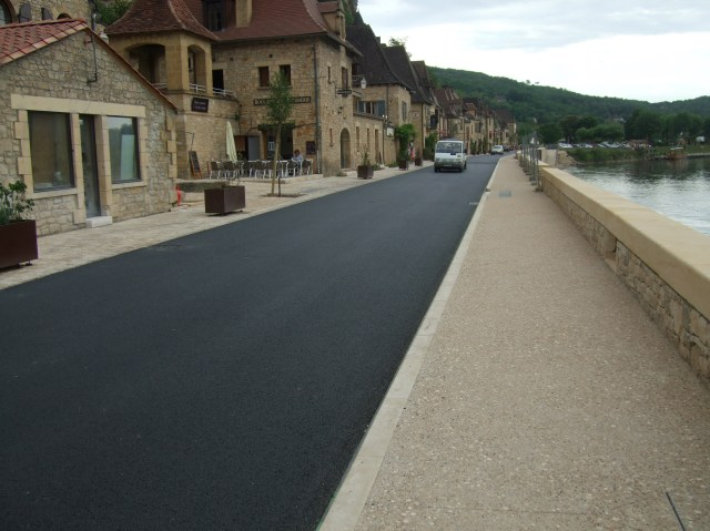 A street runs through it: La Roque-Gageac, re-opened.