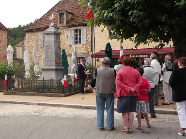 A small crowd listens to Daglan's Mayor.