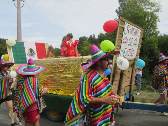 The Mexican float heads into Daglan.