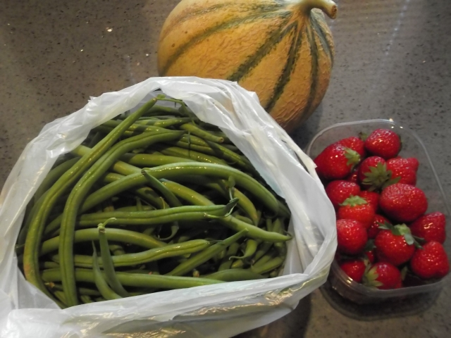 That's a full kilo of garden-fresh green beans.