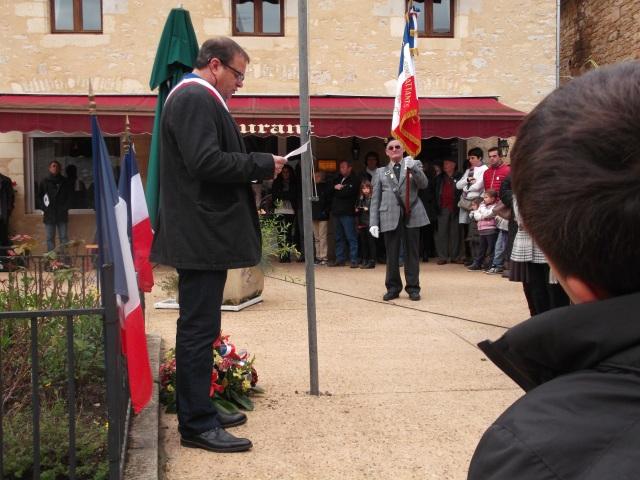 Daglan's Mayor addresses the crowd.