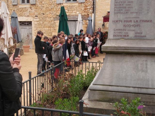 Daglan's school kids take part in the ceremony.