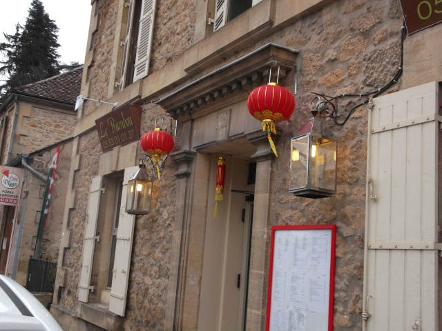 Red lanterns make the entrance easy to spot.
