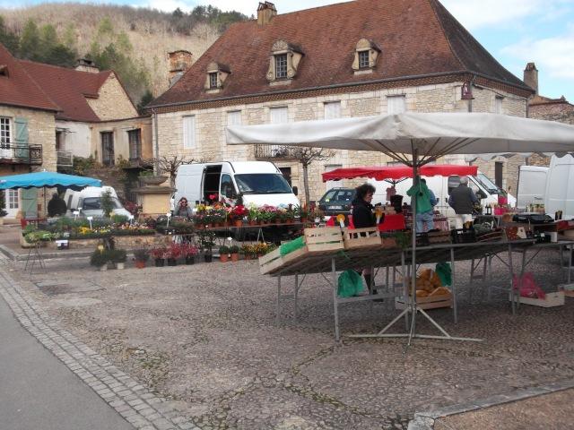 The Sunday market in Daglan's main square.