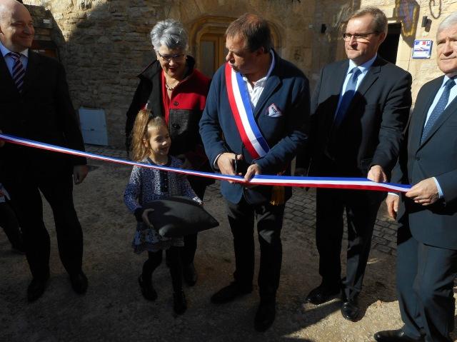 Daglan's Mayor cuts the ceremonial ribbon.
