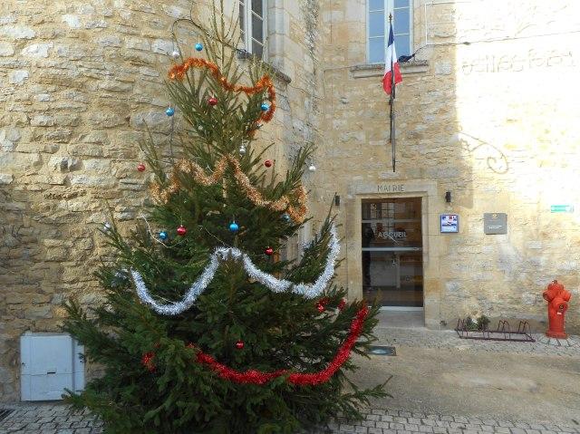 The 2016 Christmas tree at Daglan's Mairie.